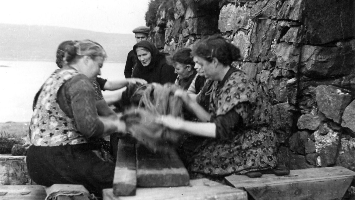 Waulking: a antiga prática escocesa de cantar em volta de uma mesa para amaciar tecido