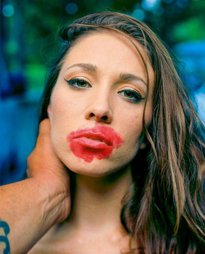 Este fotógrafo exagera no batom para beijar seus fotografados 01