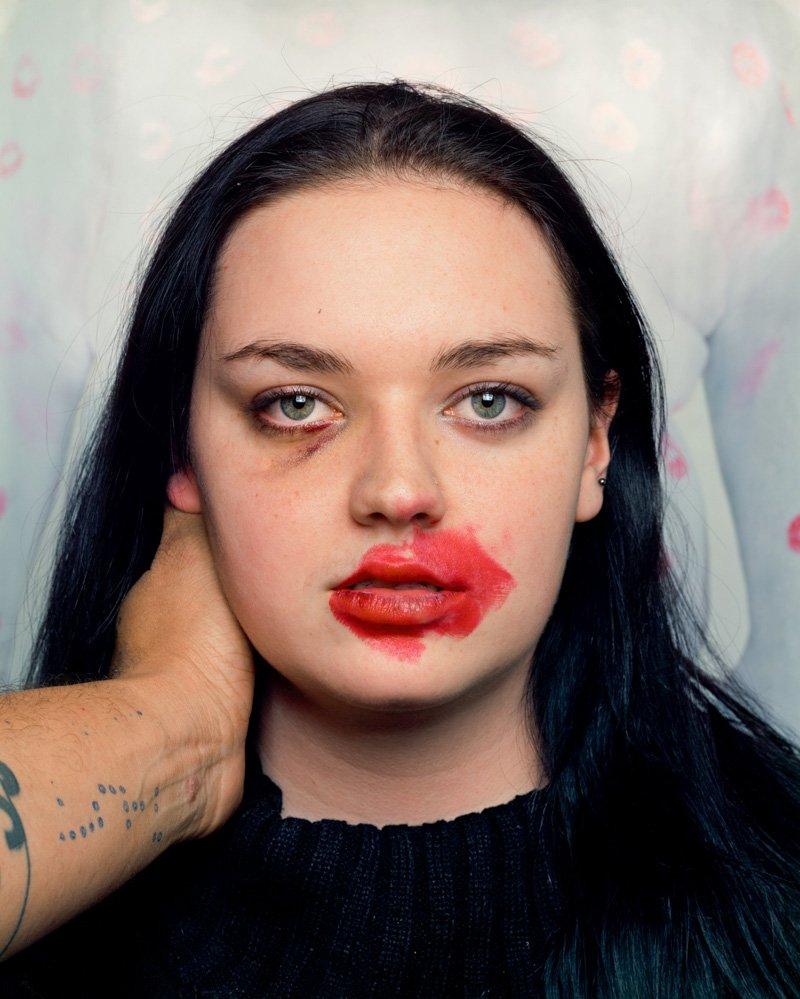 Este fotógrafo exagera no batom para beijar seus fotografados 02