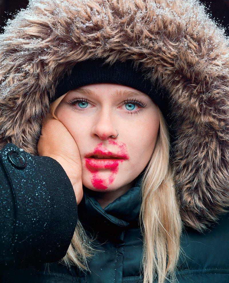 Este fotógrafo exagera no batom para beijar seus fotografados 03