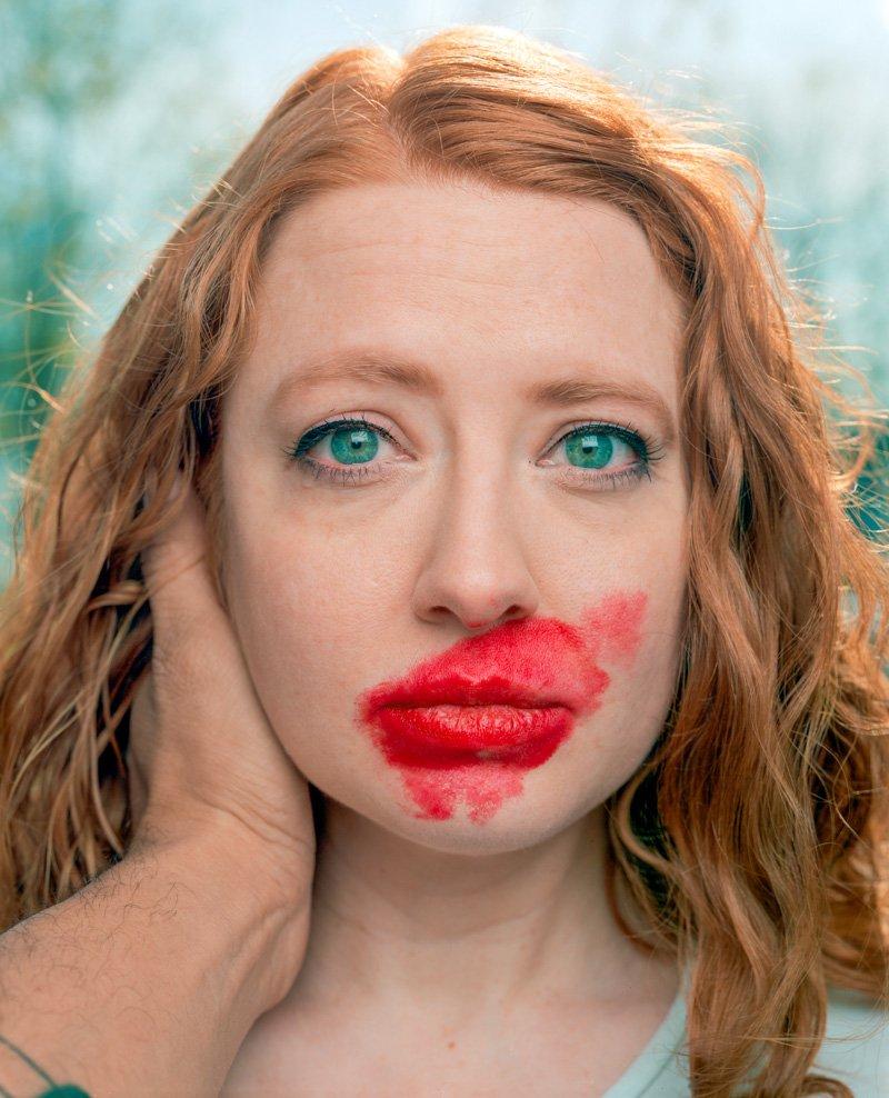 Este fotógrafo exagera no batom para beijar seus fotografados 05