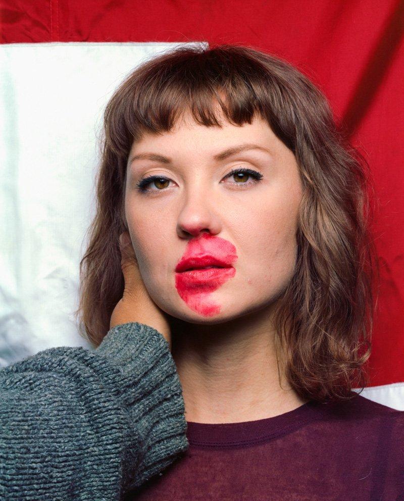 Este fot�grafo exagera no batom para beijar seus fotografados 08