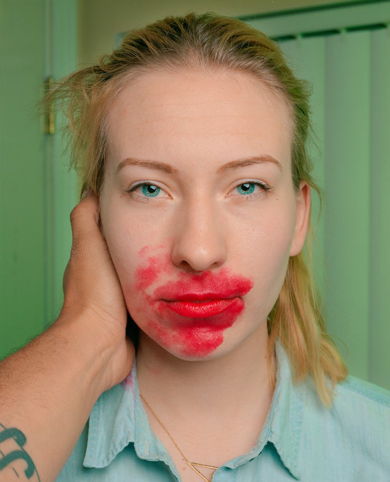 Este fot�grafo exagera no batom para beijar seus fotografados 09