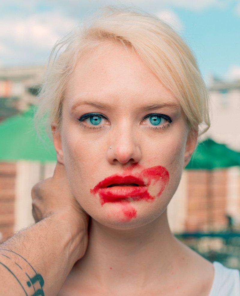 Este fot�grafo exagera no batom para beijar seus fotografados 10
