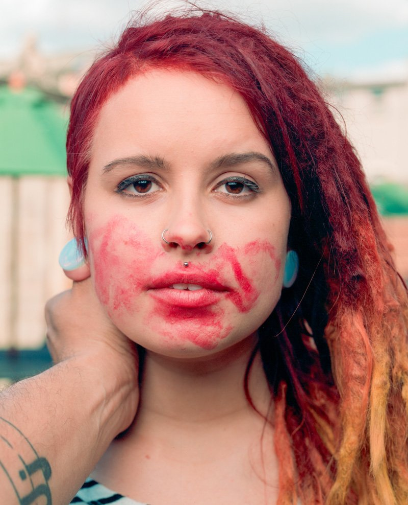 Este fot�grafo exagera no batom para beijar seus fotografados 15