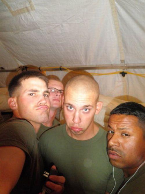 Homens fazendo duckface 23