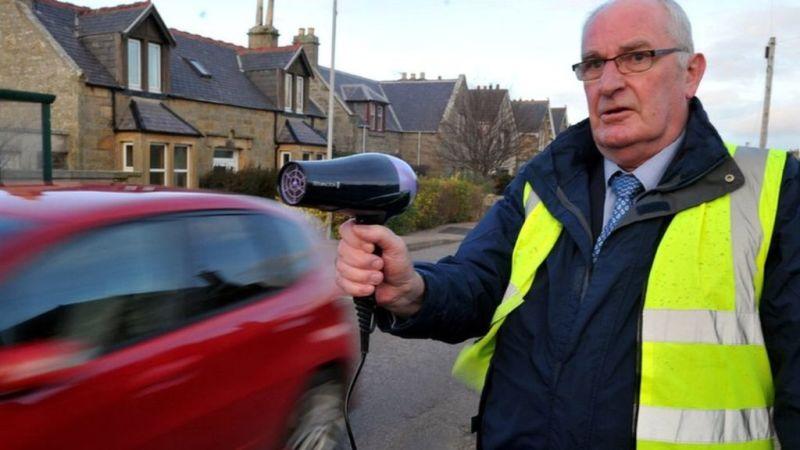 Povoado escocês luta contra o excesso de velocidade com secadores de cabelo