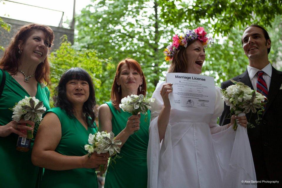 Americana casa-se com uma empresa para ridicularizar leis de seu pa�s 05
