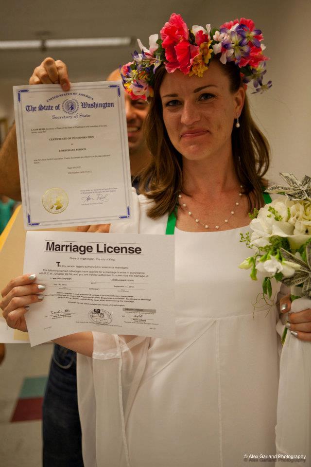 Americana casa-se com uma empresa para ridicularizar leis de seu pa�s 06