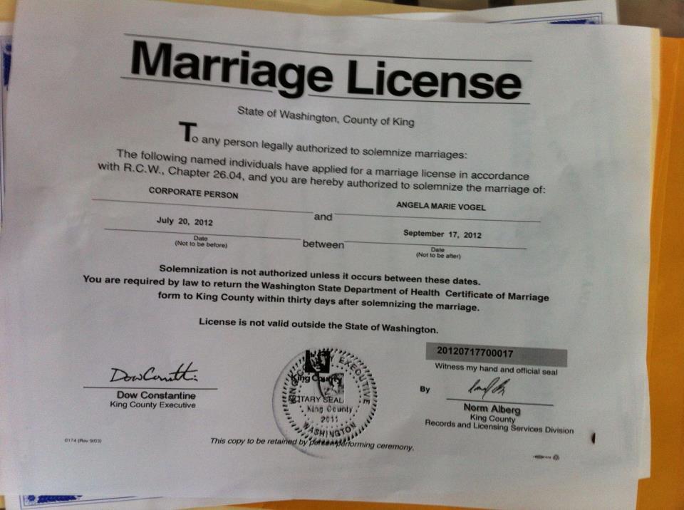 Americana casa-se com uma empresa para ridicularizar leis de seu pa�s 07