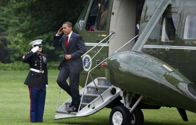 Como Obama assina os documentos 01