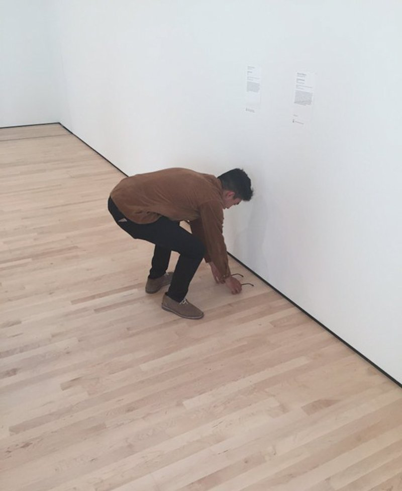 Jovem deixou suas lentes no piso de uma galeria e os visitantes acharam que era uma obra de arte 07