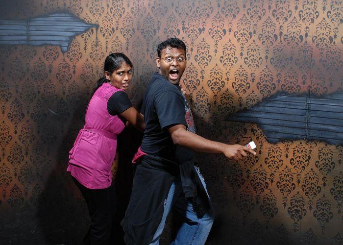 Pessoas levando susto em casa assombrada 09