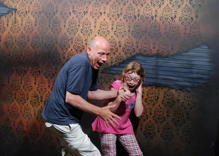 Pessoas levando susto em casa assombrada 20