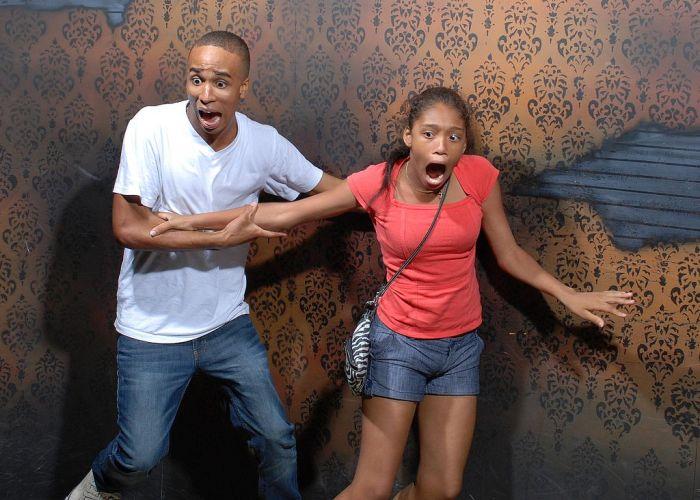 Pessoas levando susto em casa assombrada 21