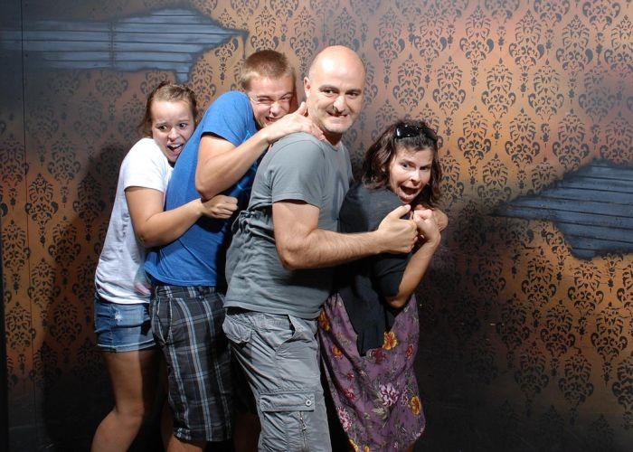 Pessoas levando susto em casa assombrada 45