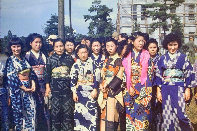 A vida no Japão no pós-Segunda Guerra Mundial através de imagens coloridas fascinantes 01