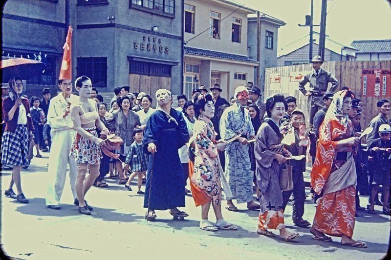 A vida no Japão no pós-Segunda Guerra Mundial através de imagens coloridas fascinantes 16
