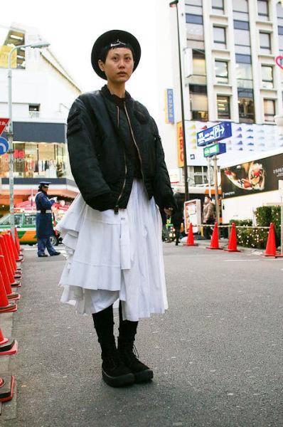 Japonês estranho com roupa esquisita 01