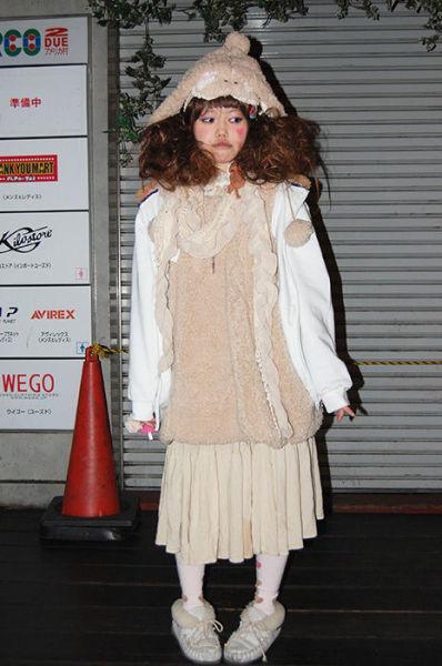 Japonês estranho com roupa esquisita 02