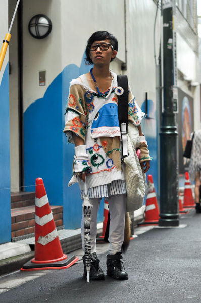 Japonês estranho com roupa esquisita 03