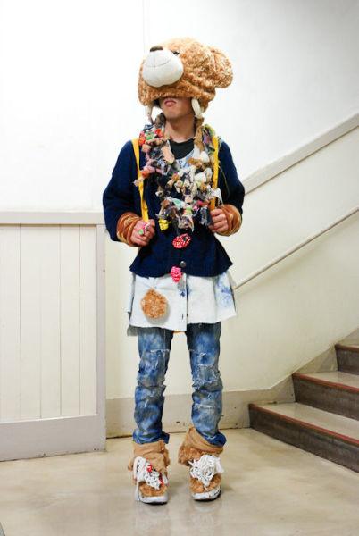 Japonês estranho com roupa esquisita 04