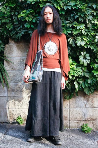 Japonês estranho com roupa esquisita 06