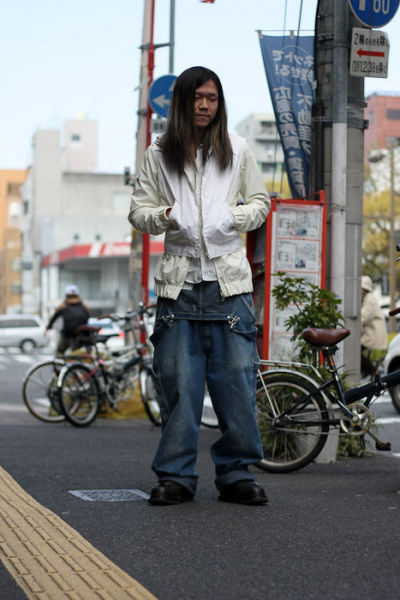 Japonês estranho com roupa esquisita 08