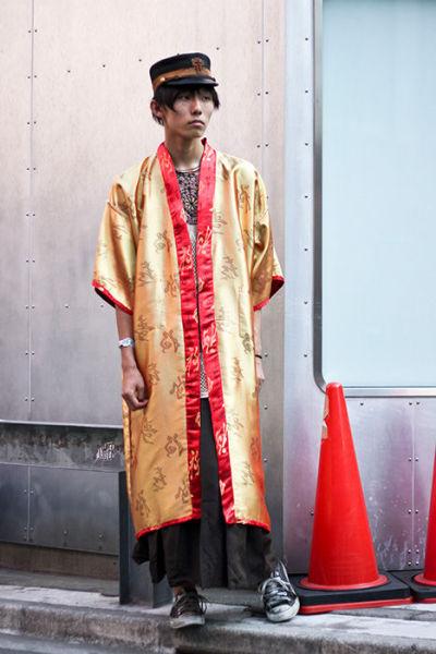 Japonês estranho com roupa esquisita 10