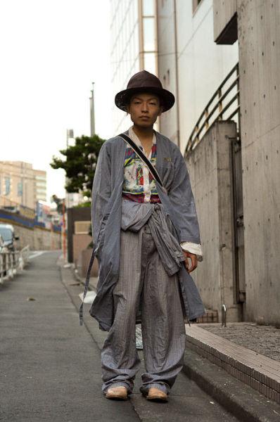 Japonês estranho com roupa esquisita 11
