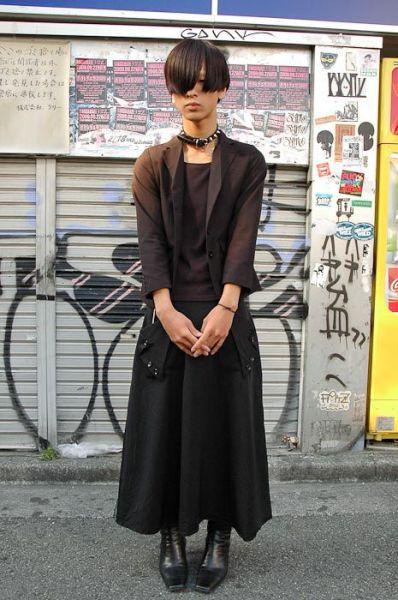 Japonês estranho com roupa esquisita 17