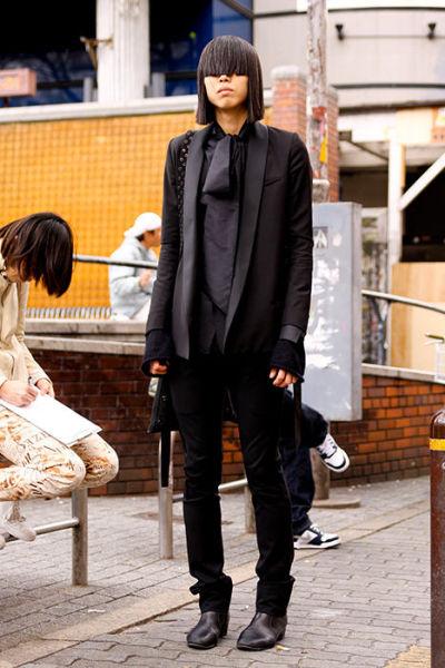 Japonês estranho com roupa esquisita 19
