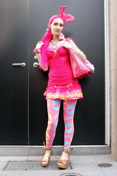 Japonês estranho com roupa esquisita 24