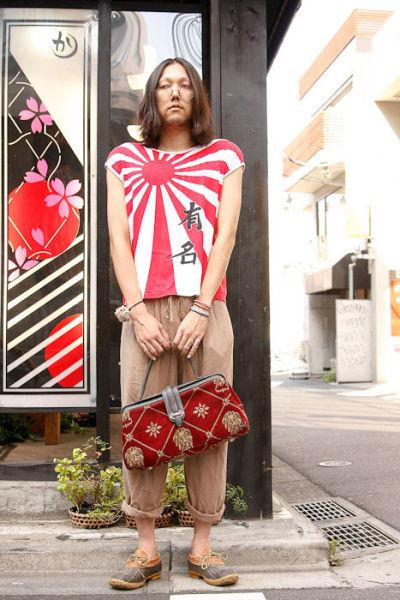 Japonês estranho com roupa esquisita 27