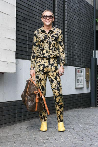 Japonês estranho com roupa esquisita 29
