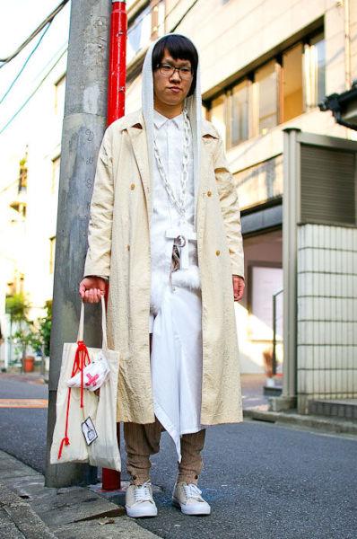 Japonês estranho com roupa esquisita 32