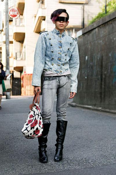 Japonês estranho com roupa esquisita 37