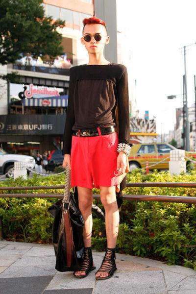Japonês estranho com roupa esquisita 38