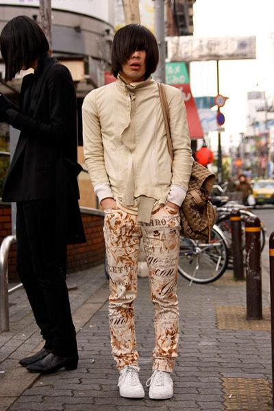 Japonês estranho com roupa esquisita 42