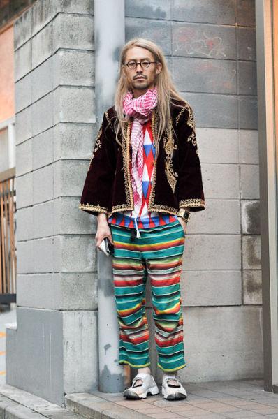 Japonês estranho com roupa esquisita 43