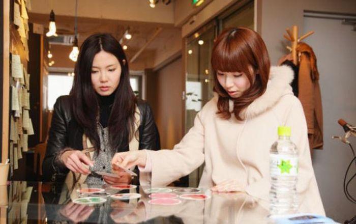 Jovens japonesas alugam suas pernas nuas como espaço publicitário 01