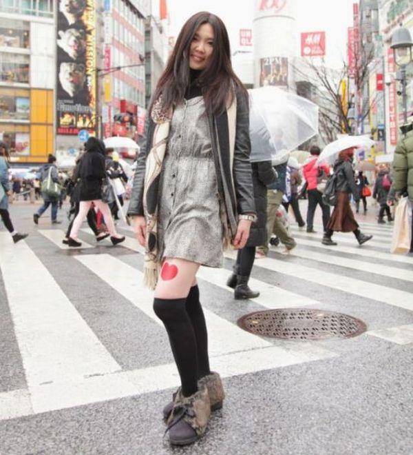 Jovens japonesas alugam suas pernas nuas como espaço publicitário 03