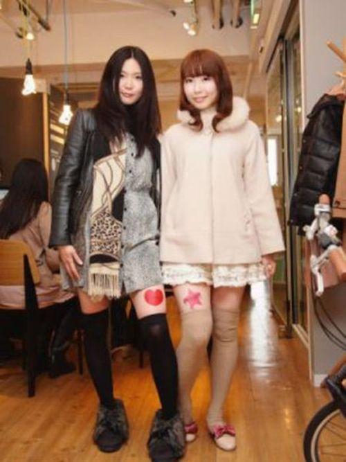 Jovens japonesas alugam suas pernas nuas como espaço publicitário 04