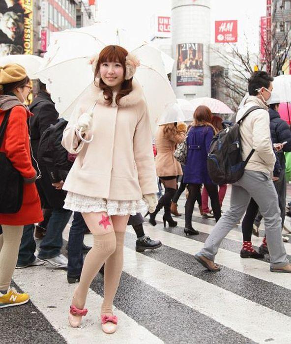 Jovens japonesas alugam suas pernas nuas como espaço publicitário 05