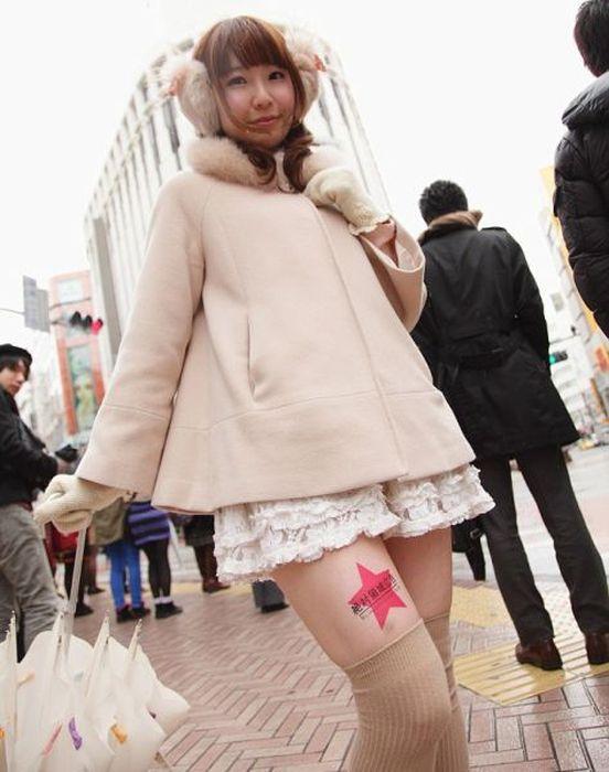 Jovens japonesas alugam suas pernas nuas como espaço publicitário 07
