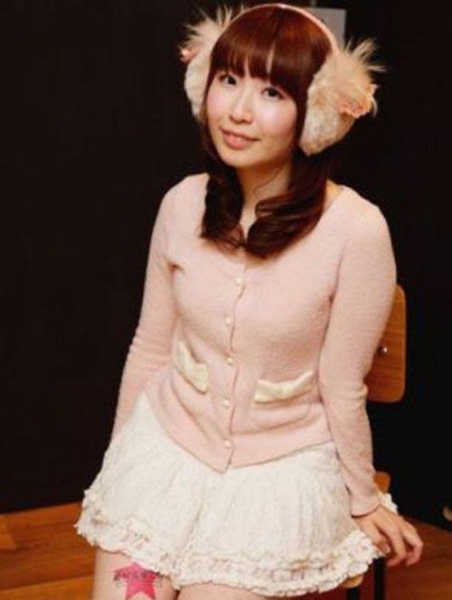 Jovens japonesas alugam suas pernas nuas como espaço publicitário 08