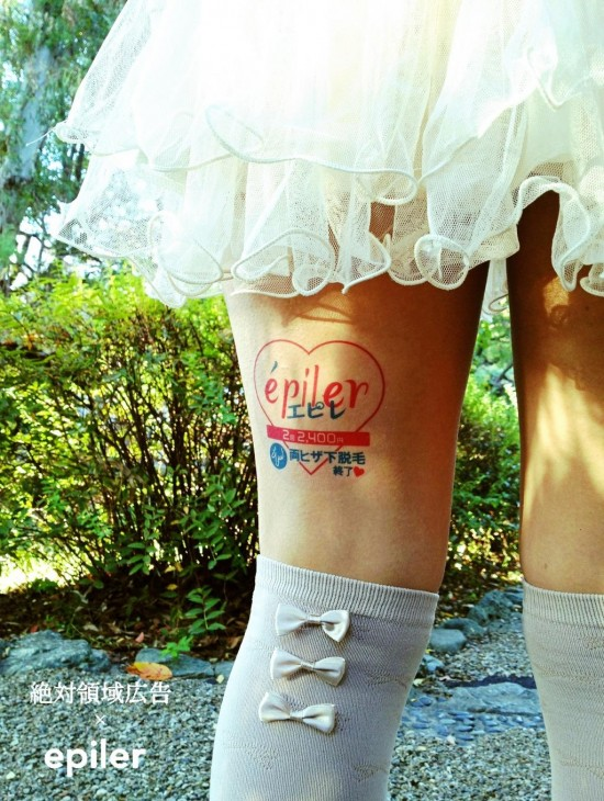 Jovens japonesas alugam suas pernas nuas como espaço publicitário 12