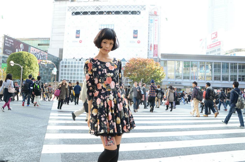 Jovens japonesas alugam suas pernas nuas como espaço publicitário 16