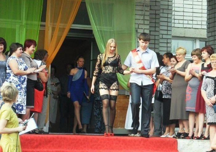 Garota russa com vestido de renda na formatura