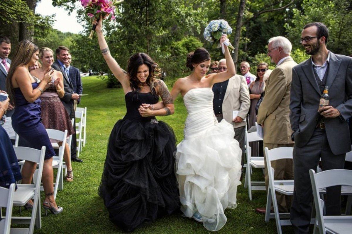 25 noivas deslumbrantes que fugiram do branco na hora de escolher seu vestido 14